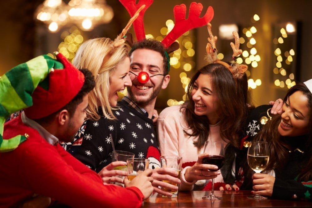 Unge mennesker til julefrokost